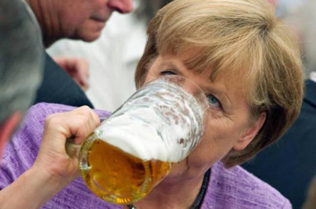 맥주마시는 메르켈